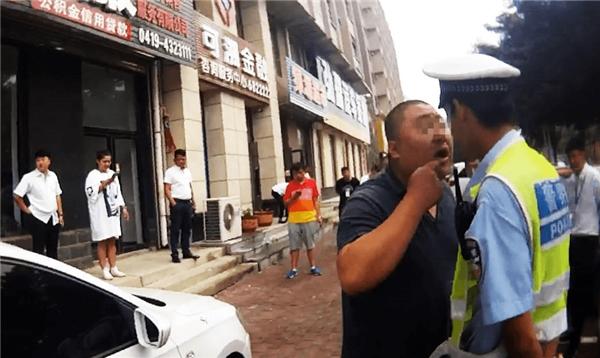 Cần cẩn thận khi mơ thấy cự cãi với cảnh sát giao thông
