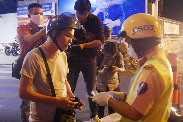 Ngủ mơ thấy cảnh sát giao thông tra hỏi là đang gặp áp lực